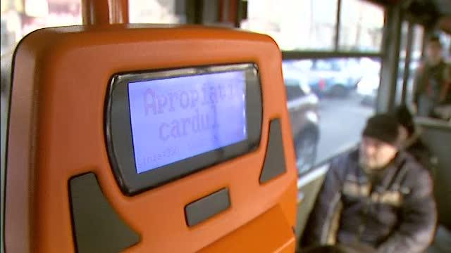 Incident intr-un tramvai RATB. Un tanar ar fi fost bruscat de controlori, care au vrut sa-i impedice pe calatori sa filmeze