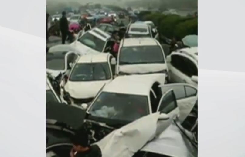 Accident in lant pe autostrada. Doua persoane au murit dupa ce zeci de masini s-au ciocnit. VIDEO