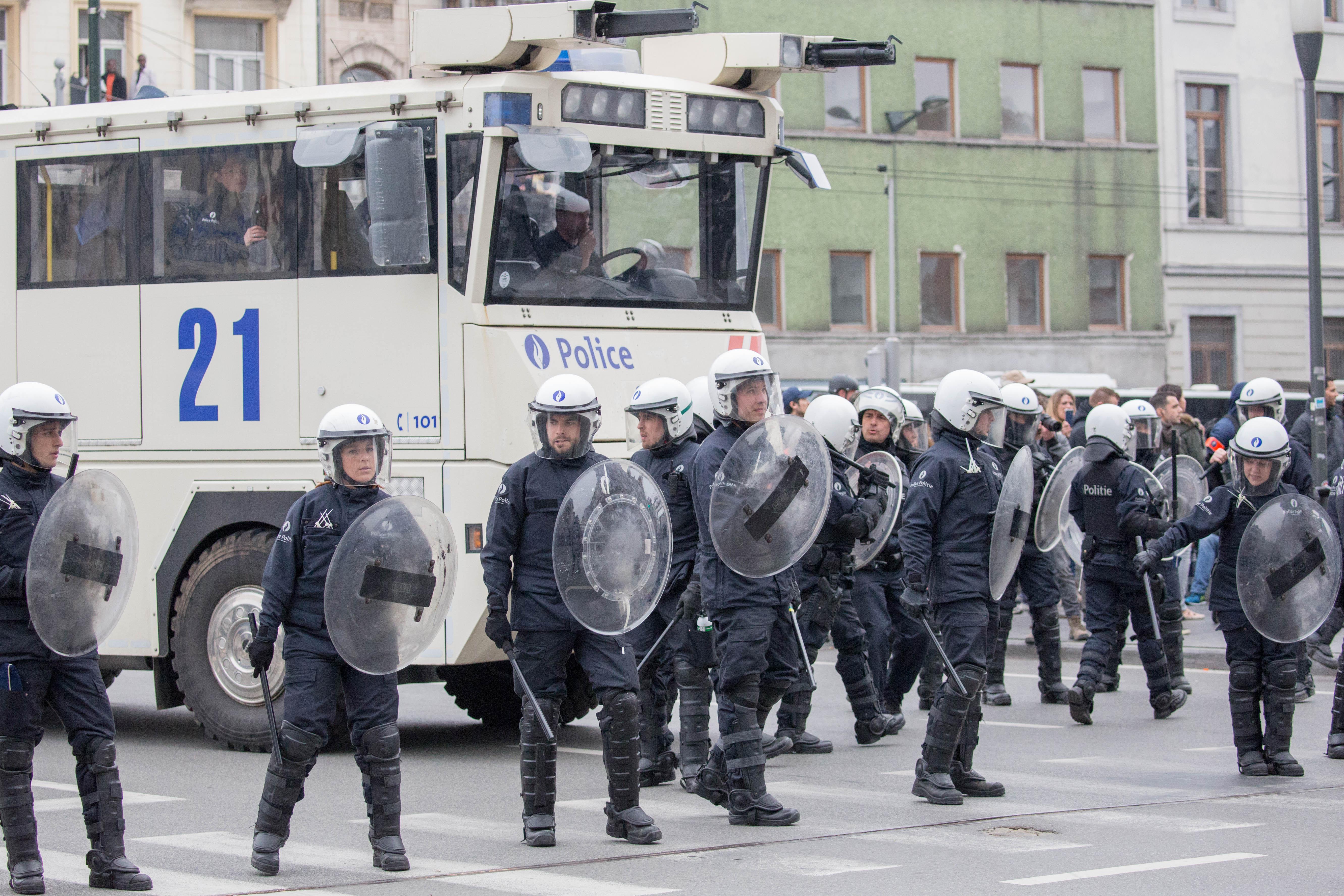 Proteste violente la Bruxelles. Mai multi extremisti de dreapta si antirasisti au fost retinuti de politie. VIDEO