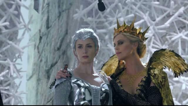 Chris Hemsworth si Charlize Theron fac din nou echipa pe marile ecrane, in pelicula
