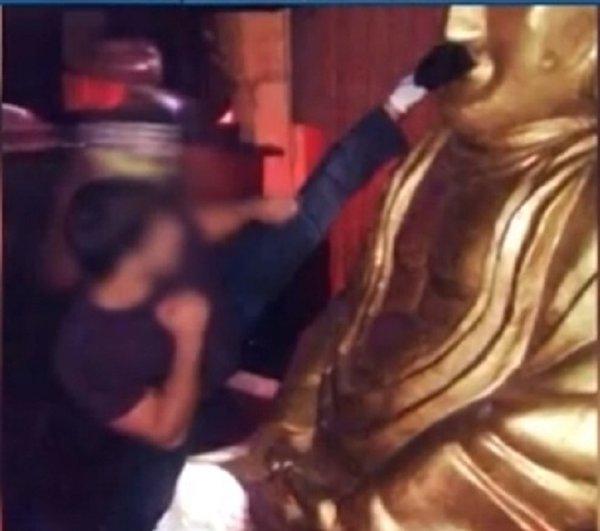 Vandalism fara precedent. Un atlet din Dagestan a lovit si urinat pe o statuie a lui Buddha intr-un templu din Rusia