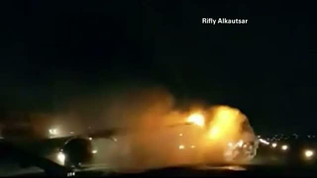 Doua avioane s-au ciocnit pe o pista din Jakarta. Imaginile dramatice filmate de un martor la incident