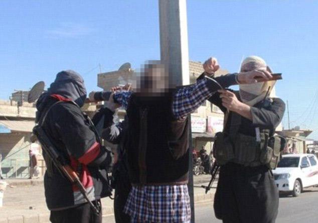 Executie in plina strada. Patru barbati au fost crucificati si apoi impuscati de luptatori ISIS. FOTO