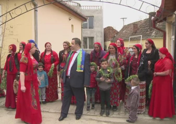 Ziua internationala a romilor, sarbatorita la Sibiu. Oamenii au iesit pe strada si au aruncat cu flori in apa