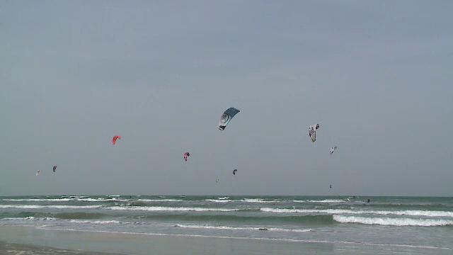 Romanii dornici de adrenalina au testat vantul la malul marii. Cum s-au distrat pasionatii de kite surfing:
