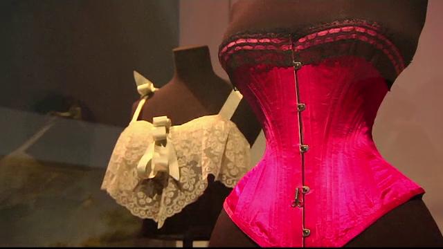 Expozitie de lenjerie intima la Londra. Chinurile la care se supuneau femeile in trecut pentru a avea o talie de viespe