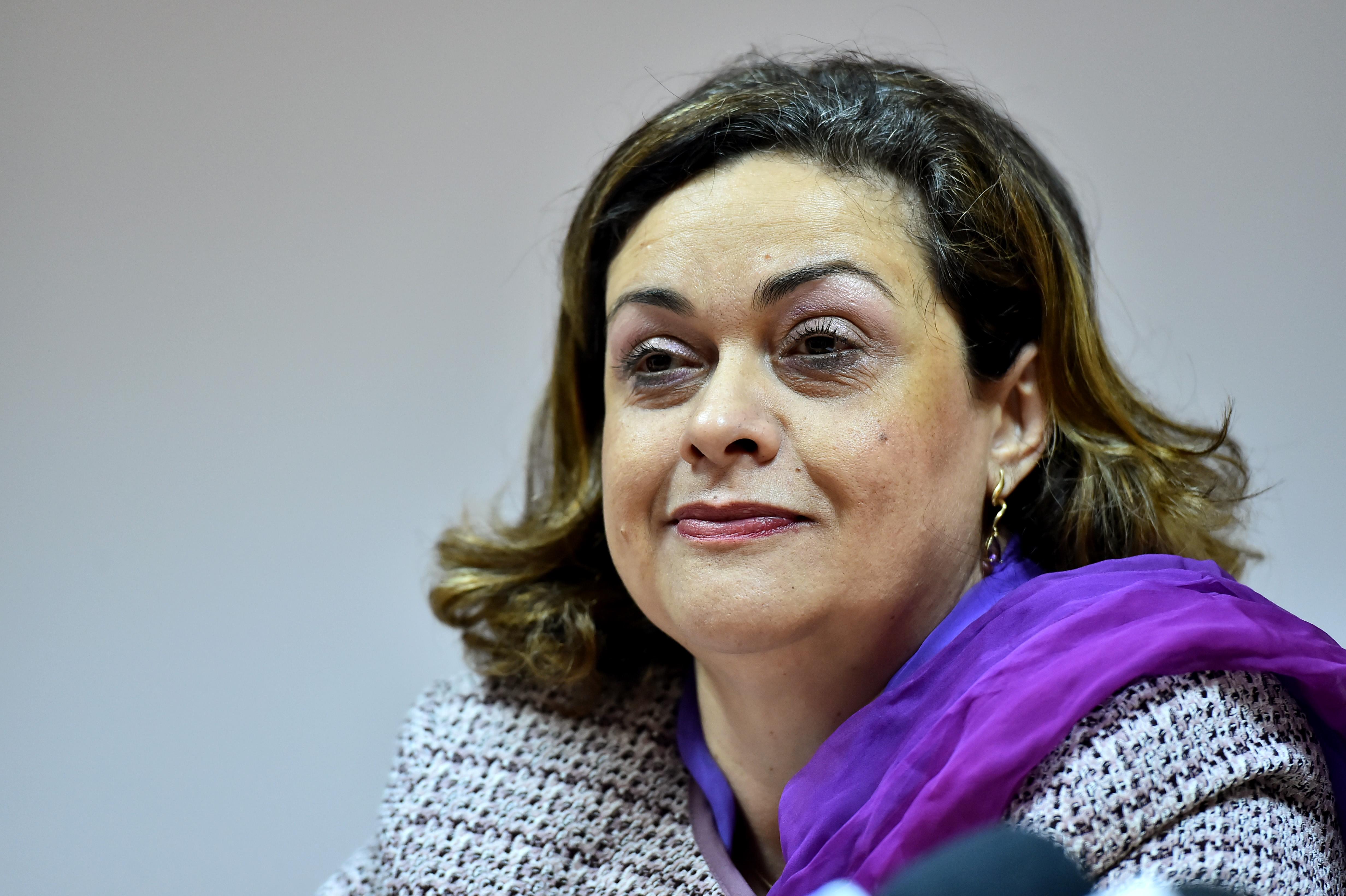 Ministrul Muncii, Ana Costea, si-a dat demisia in urma scandalului privind legea salarizarii bugetarilor. Ciolos a acceptat-o