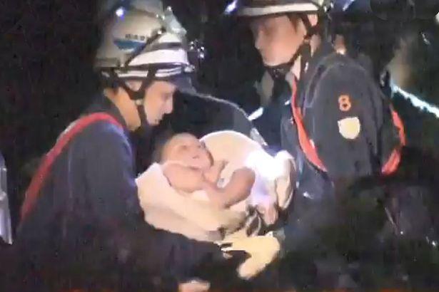 Bebelus de 8 luni, salvat de sub daramaturi in Japonia. Momentul a fost suprins de fotografi