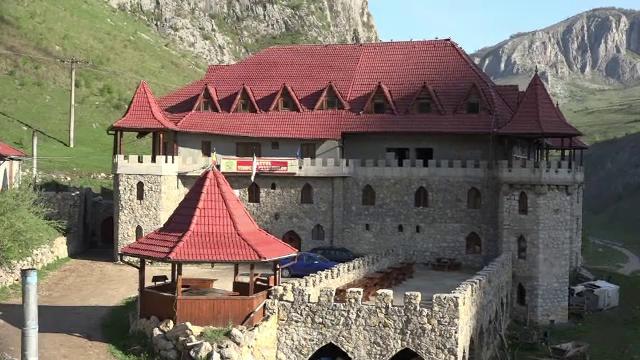 Un loc ascuns din Muntii Apuseni atrage turisti din toata Europa. Cat costa un sejur intr-un castel vechi de 700 de ani