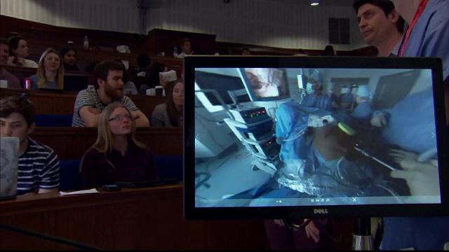 Premiera in medicina. Oameni din toate colturile lumii au asistat la o operatie de cancer folosind realitate virtuala