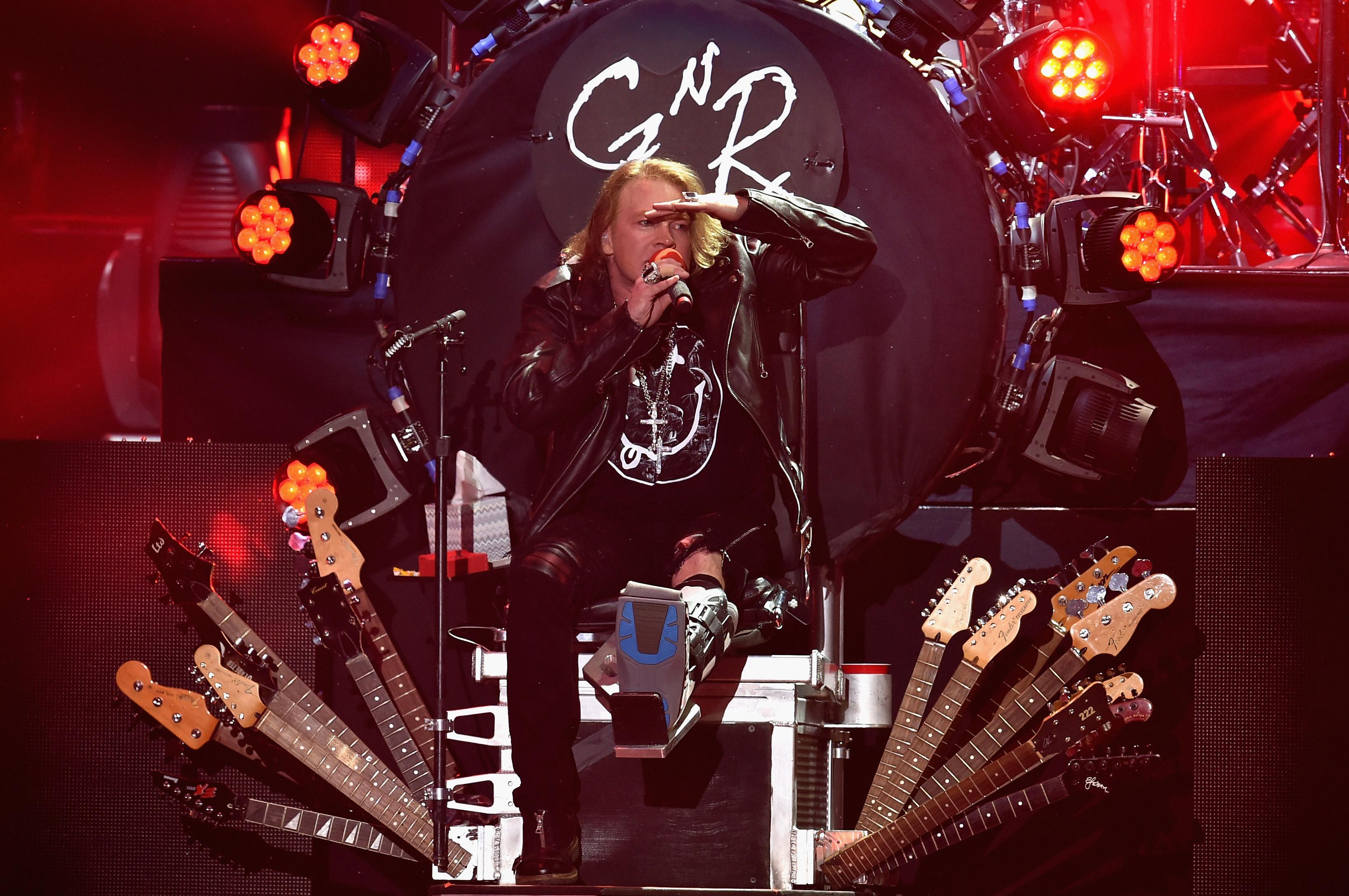 Primul concert AC/DC cu Axl Rose pe post de solist. Cum au reactionat fanii la concertul din Lisabona