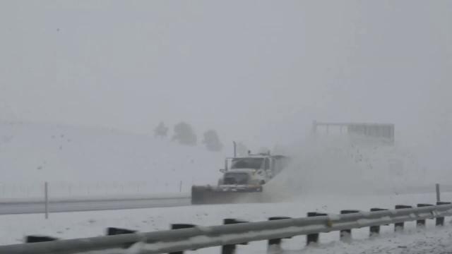 Viscol si nameti de un metru inaltime, dupa o ninsoare puternica, in SUA. Strazi blocate si o autostrada inchisa in Denver