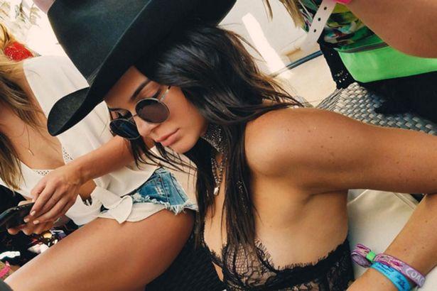 Tinuta indrazneata pe care a purtat-o Kendall Jenner la un festival de muzica. Tanara si-a aratat sanii printr-o bustiera