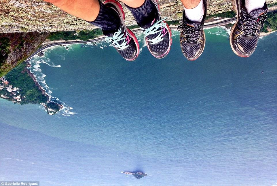 Cel mai periculos loc de selfie din lume. Stanca de 844 de metri pe care turistii isi pun viata in pericol pentru o imagine