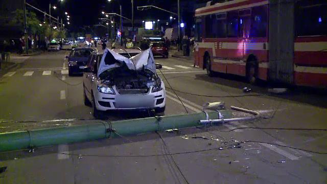 Doi stalpi au cazut peste cinci masini, in Brasov, dupa ce un troleibuz s-a blocat in cabluri.