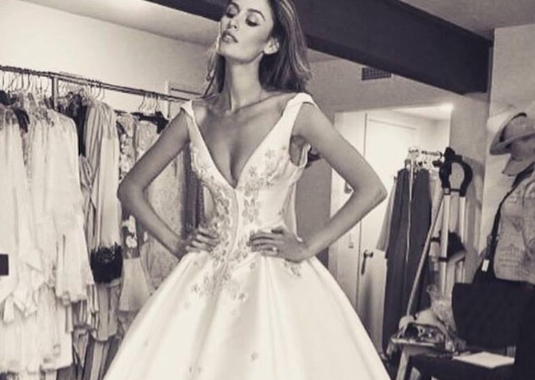 Supermodelul Nicole Trunfio s-a casatorit intr-o rochie cu o trena de 2,5 metri. Cum arata sotul ei. FOTO