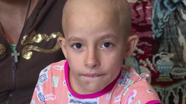 Are un picior amputat si face chimioterapie, insa parintii nu au bani nici de drumul la spital. Drama cumplita a lui Daniel