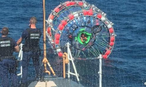 Un maratonist a fost salvat de Paza de Coasta, dupa ce a plecat pe ocean intr-o capsula de plastic. Unde voia sa ajunga