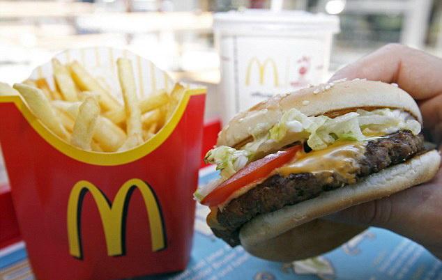 Cum arată după 6 ani un cheeseburger și o porție de cartofi prăjiți de la fast-food