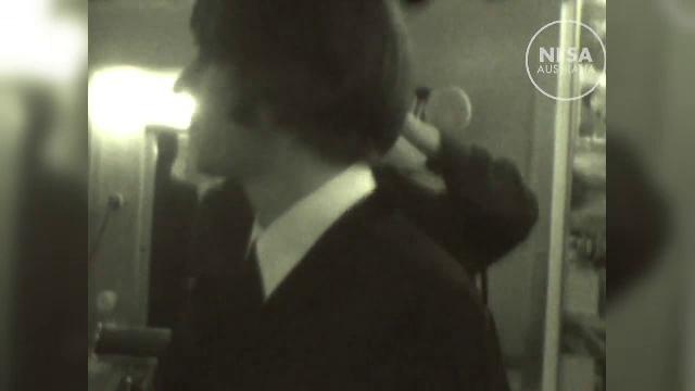 O filmare inedita cu membrii legendarei trupe Beatles a fost data publicitatii. Cum au fost surprinsi de o dansatoare