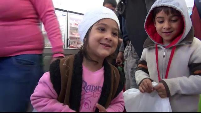 Copiii sarmani din Galati au primit pachete cu mancare pentru Paste. Multi dintre ei nici nu mai stiau ce gust are ciocolata