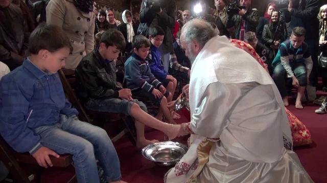 Lectie de smerenie in Joia Mare. Arhiepiscopul Dunarii de jos a spalat picioarele a 12 copii dintr-un centru de plasament