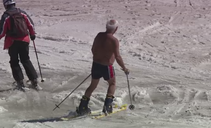 Turistii s-au relaxat cu gratare sau pe schiuri la munte. Un barbat s-a echipat in slipi pe partie