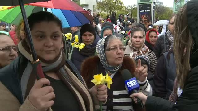 Aproximativ 150 de florari au protestat in Piata Universitatii. Mesajul Gabrielei Firea