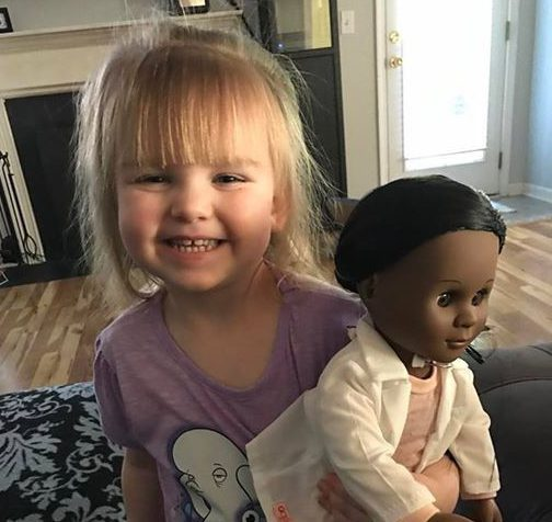 O fetita de doi ani si-a ales o papusa de culoare. Ce i-a spus casiera si care a fost raspunsul fabulos al fetitei