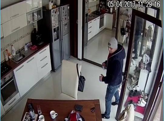 Baschetbalist din nationala, jefuit in timp ce se afla in casa din Pitesti. Hotul a fost filmat de camerele de supraveghere