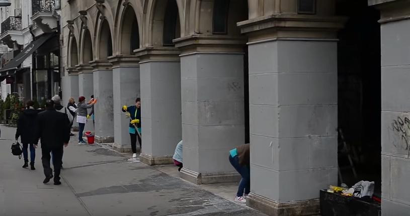 Muncitorii spala o cladire monument istoric de pe Calea Victoriei a doua zi dupa ce au vopsit-o cu gri. VIDEO