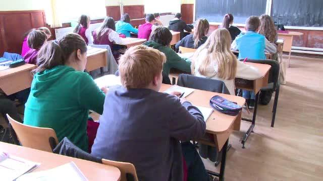 Iohannis a promugat legea care acorda cazare si mese gratuite in cantine si internate elevilor din invatamantul profesional