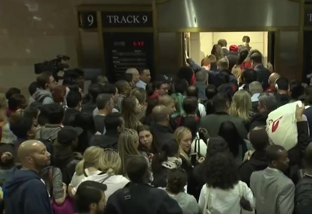 16 persoane au fost ranite dupa ce lumea s-a calcat in picioare la metroul din New York. De ce s-au speriat americanii