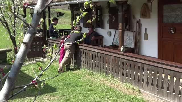 Satul din Romania facut faimos de un medic stomatolog din Ungaria. Totul a inceput in urma cu 12 ani