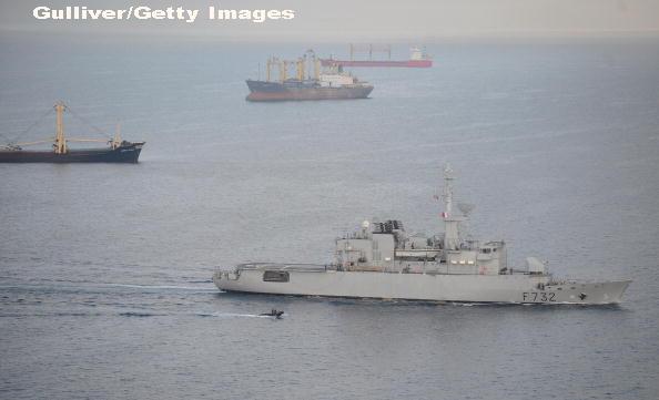 Marina Regala britanica escorteaza doua nave ruse de razboi care traverseaza Canalul Manecii