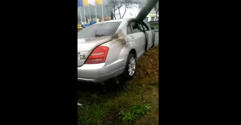 Patru tineri din Satu Mare, la un pas de moarte dupa ce s-au izbit de un stalp iar masina a luat foc. VIDEO