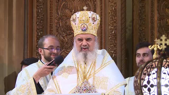 Mii de oameni la Patriarhia Romana pentru a lua lumina de Paste. Glumele facute de Preafericitul Daniel