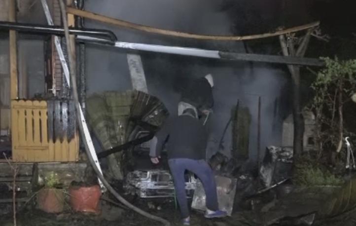 Cabana distrusa de flacari, la Ipotesti, dupa ce o masina din garaj a luat foc. O gravida in 9 luni a facut un atac de panica