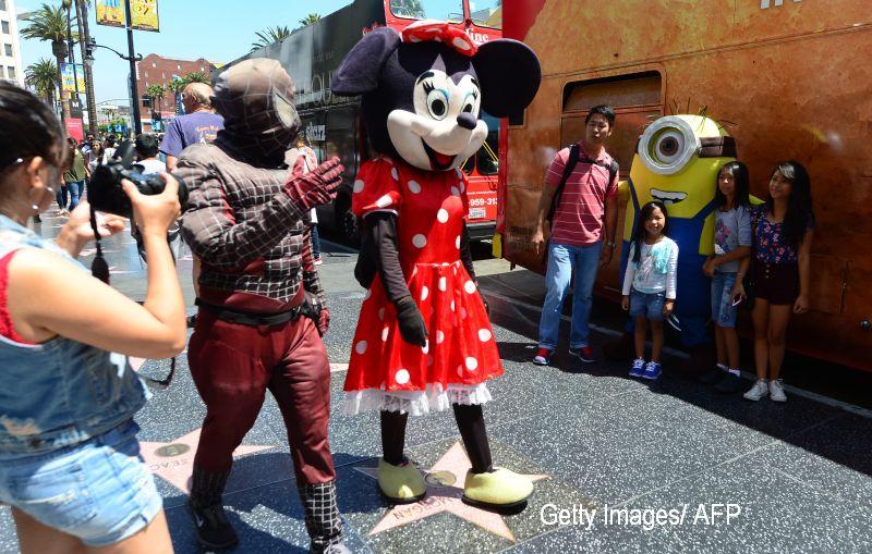 O femeie de 70 de ani se imbraca zilnic intr-un costum de Minnie Mouse pentru o cauza nobila. De ce are nevoie de bani