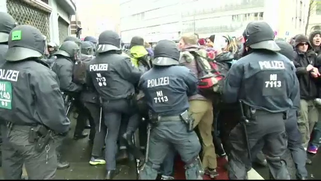 Proteste violente fata de partidul antimigratie, la Koln. Doi politisti au fost raniti in confruntari