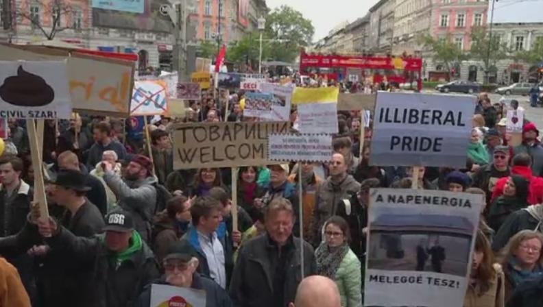 Mars cu 5.000 de persoane pe strazile Budapestei. Ungurii au folosit pancarte ironice fata de politicile lui Orban