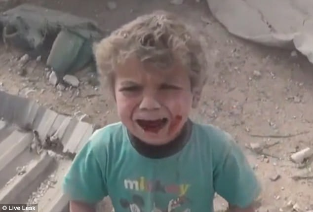 Imagini infioratoare filmate dupa un bombardament din Siria. Un copil speriat si plin de sange cere ajutor printre ruine