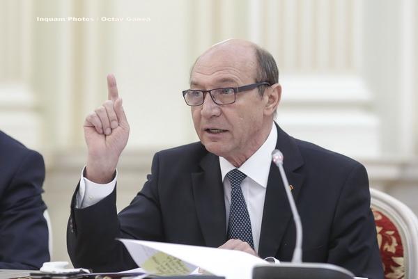 """Băsescu face """"clarificări"""" după ce numărul său de telefon a apărut în valiza Tel Drum"""