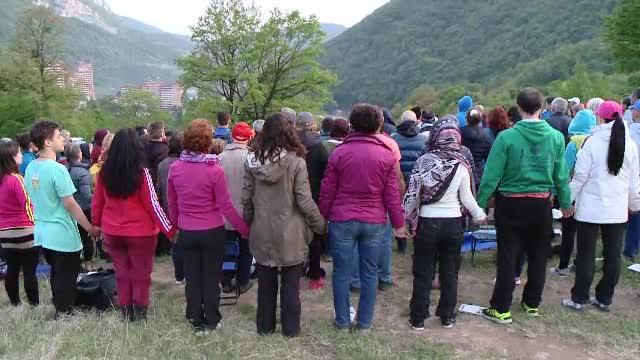 Aproximativ 1000 de persoane s-au dus la Herculane, la o tabara de yoga: