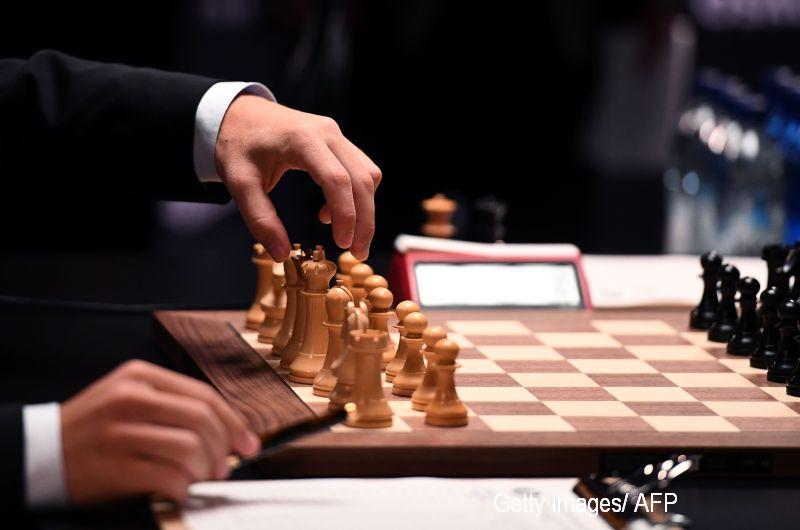 """Efectele serialului """"The Queen's Gambit"""". Tot mai mulți tineri vor să învețe șah"""