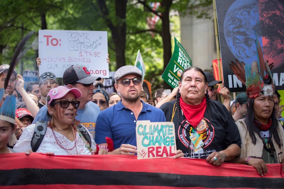 Leonardo DiCaprio, prezent la un mars pentru clima si anti-Trump, la Washington. Ce scria pe pancarta purtata de actor