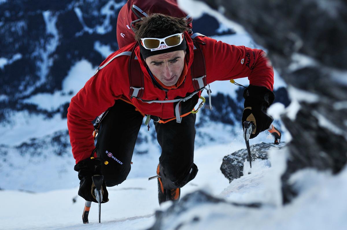 Celebrul alpinist elvetian Ueli Steck a murit in urma unui accident produs pe Muntele Everest