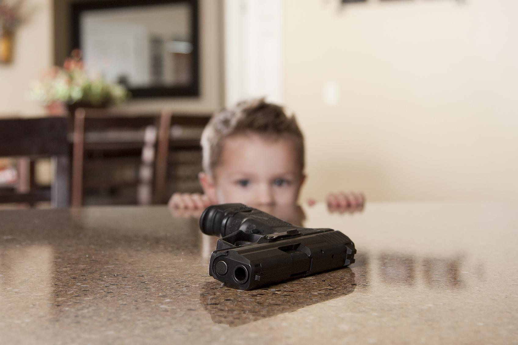 Copil de 7 ani, împușcat de fratele de cinci care căuta bomboane într-un sertar