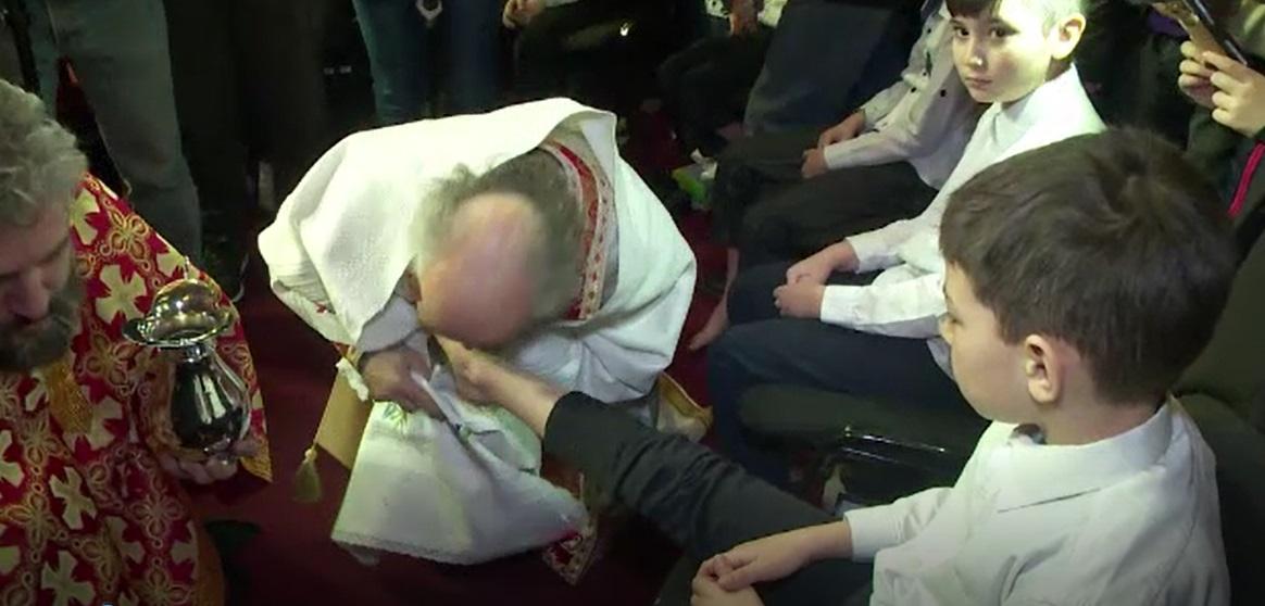 Înaltpreasfințitul Casian a spălat și a sărutat picioarele unor copii, într-un ritual impresionant