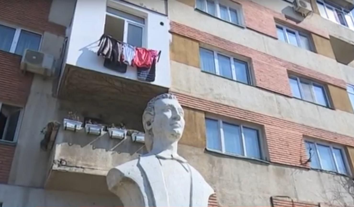 Statuie a lui Eminescu, în curtea unui bloc din Craiova. Cum a ajuns acolo